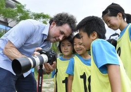 TOKYO, JAPAN - JULY 14:  Getty Images photographer Adam Pretty talkas to children during his track and field class for children 'Tamesue College Running Club' at Toyosu MAGIC BEACH on July 14, 2016 in Tokyo, Japan.  (Photo by Koki Nagahama/Getty Images)